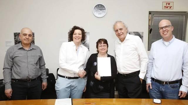 הסכם מיקרוסקופי לבר-אילן, לימודי עבודה בעברית